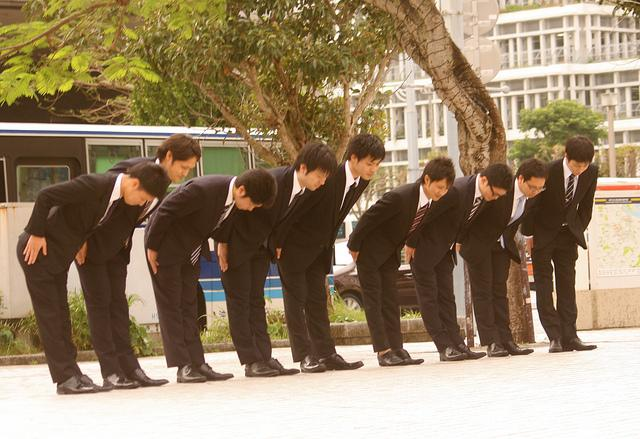 japanese workers bowing